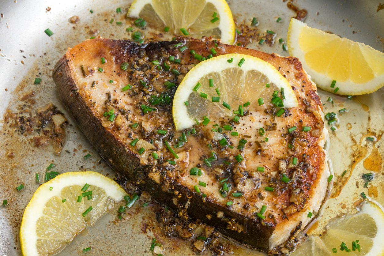 Pesce spada in padella: la ricetta per prepararlo morbido e succoso in pochi minuti