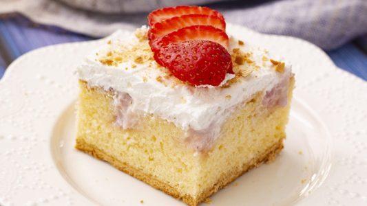 Poke cake alle fragole: la ricetta della torta soffice con golosa farcitura