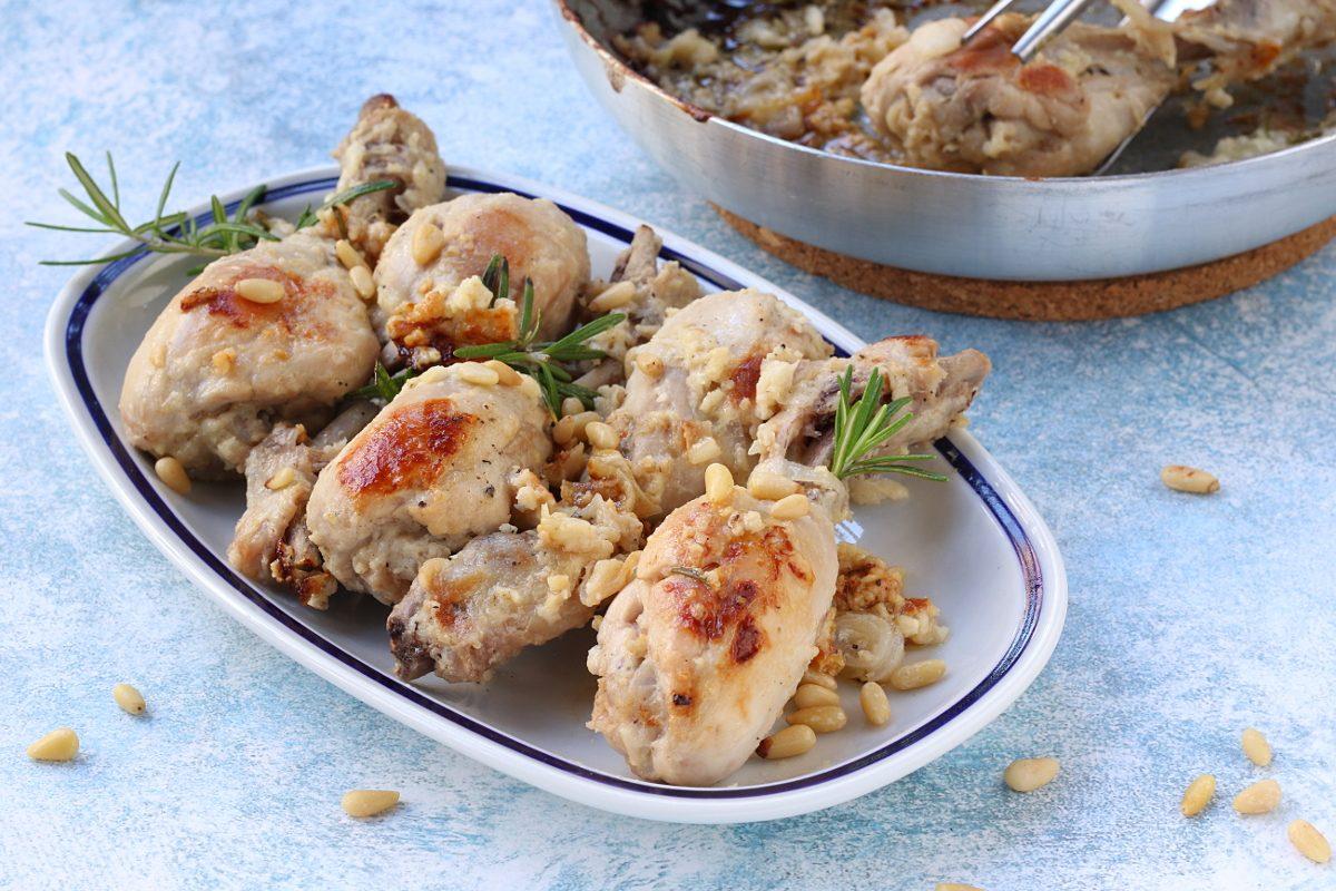Pollo ai pinoli: la ricetta del secondo cremoso e saporito, facilissimo da realizzare