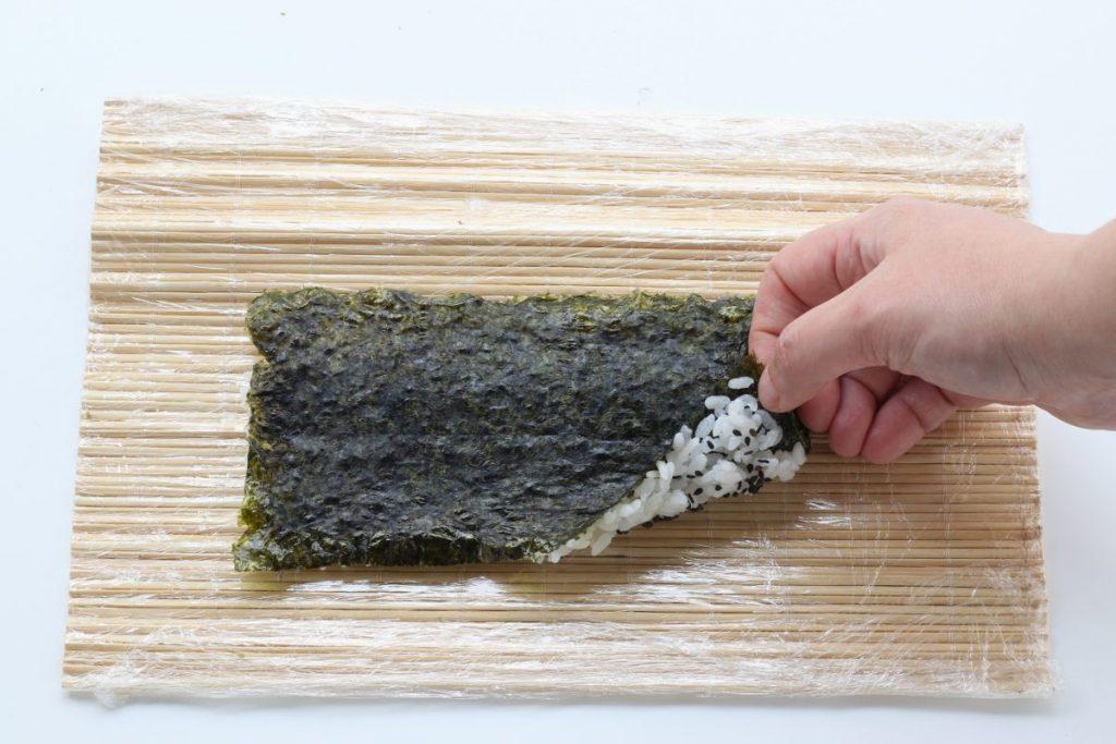 Preparare il roll di sushi di carne