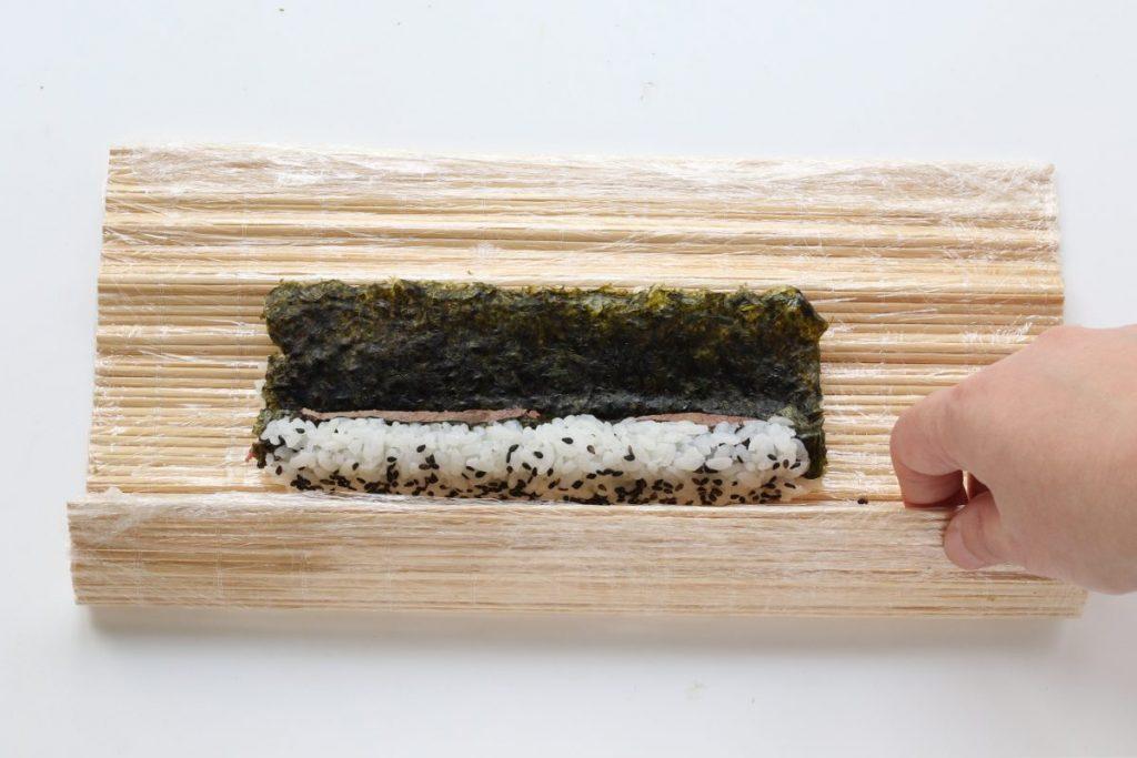 Chiudere il roll del sushi