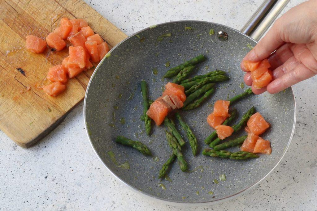 cuocere il salmone con gli asparagi