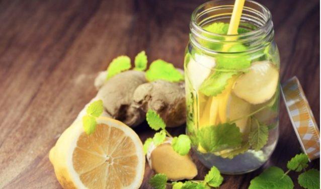 Acqua detox: 10 ricette per sgonfiare la pancia e drenarsi