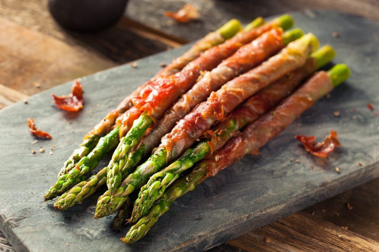 Asparagi avvolti in pancetta: la ricetta per un antipasto originale e sfizioso