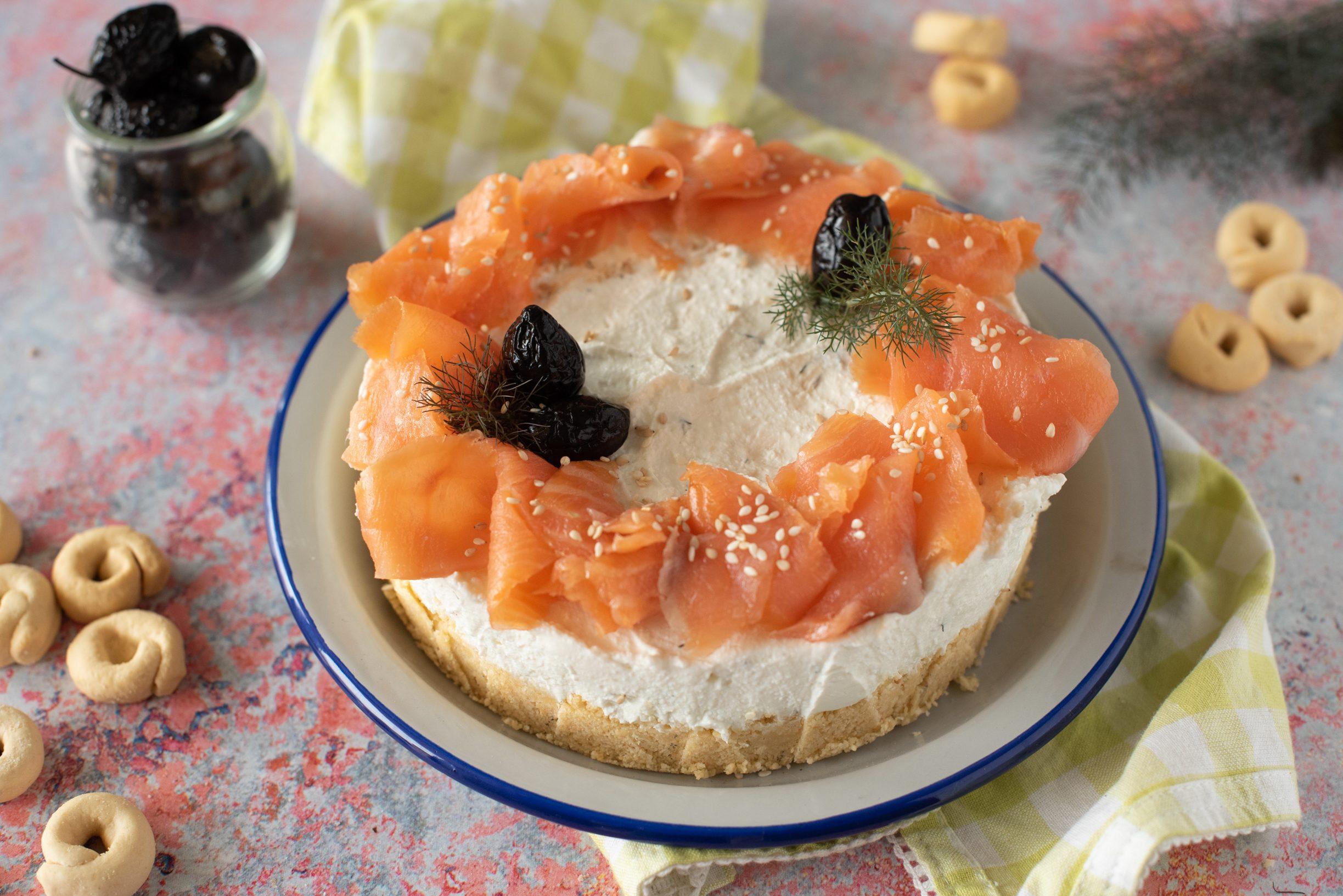Cheesecake salata al salmone: la ricetta fresca e raffinata, perfetta per l'estate