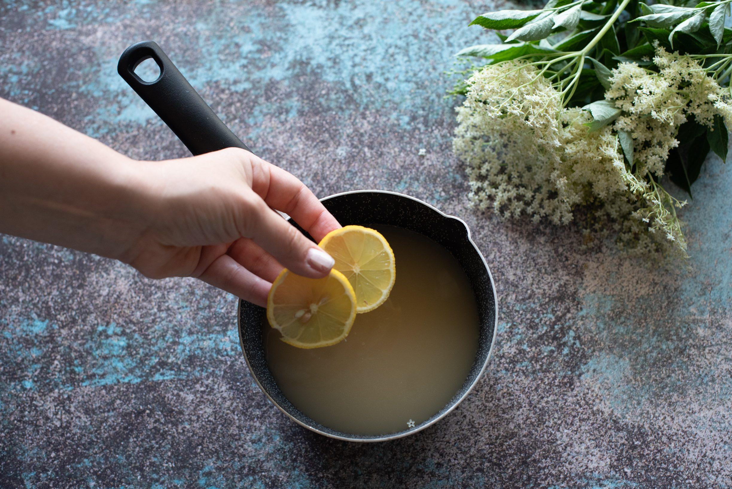 Confettura ai fiori di sambuco, aggiungere il limone