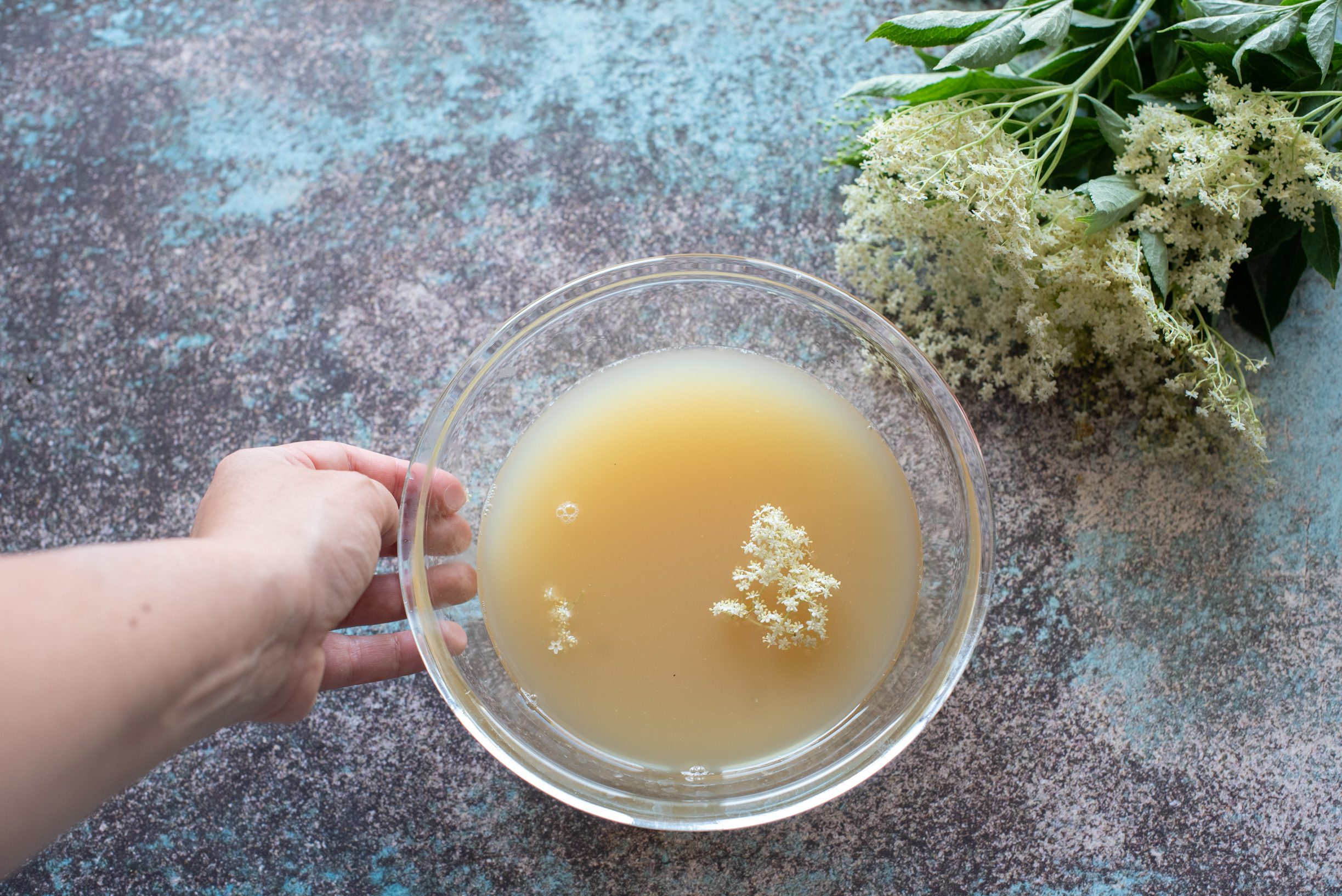Confettura ai fiori di sambuco, aggiungere i fiori