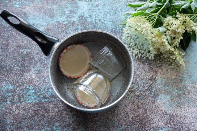 Confettura ai fiori di sambuco, sterilizzare i vasetti