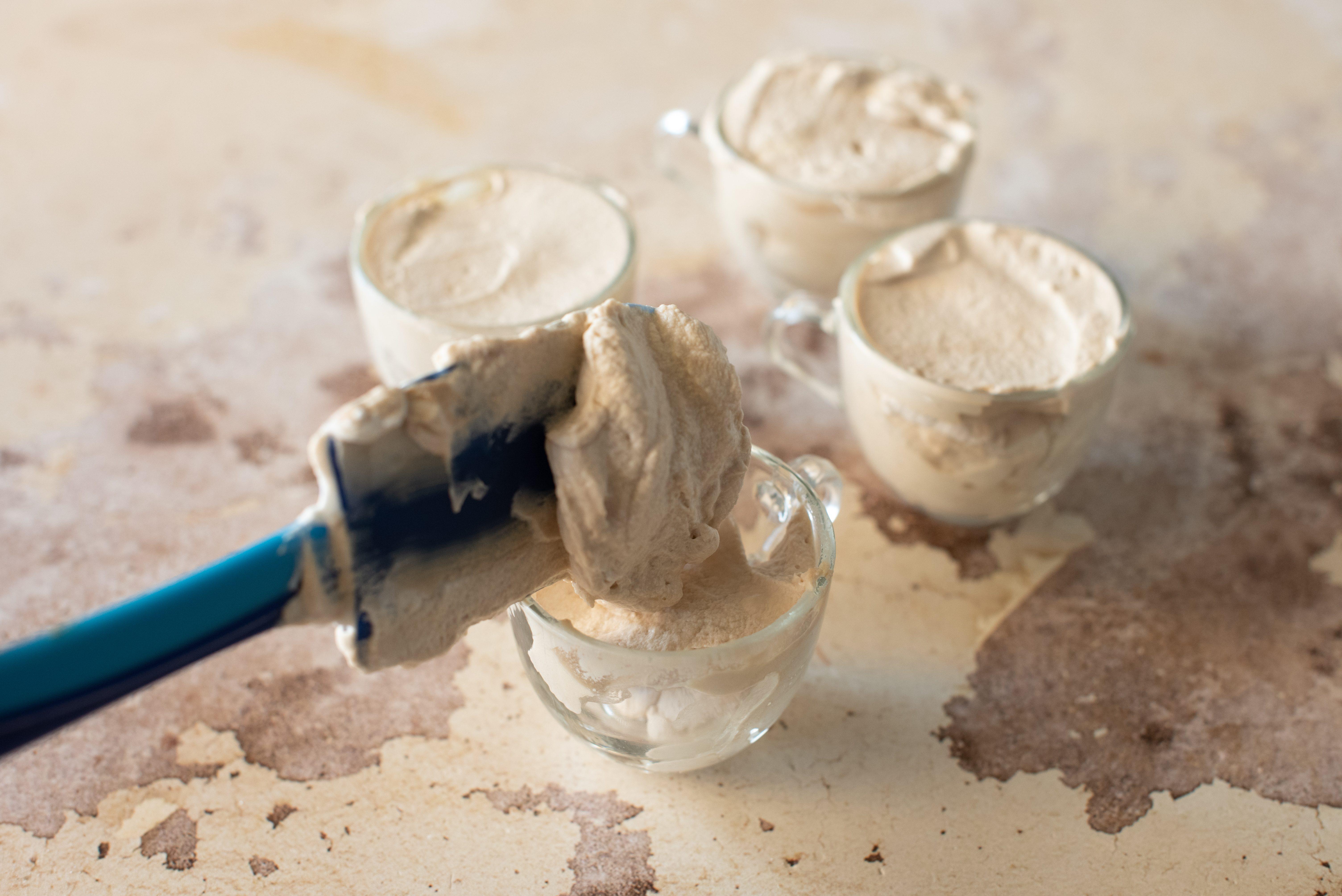 Crema caffè e mascarpone, mettere la crema nei bicchieri