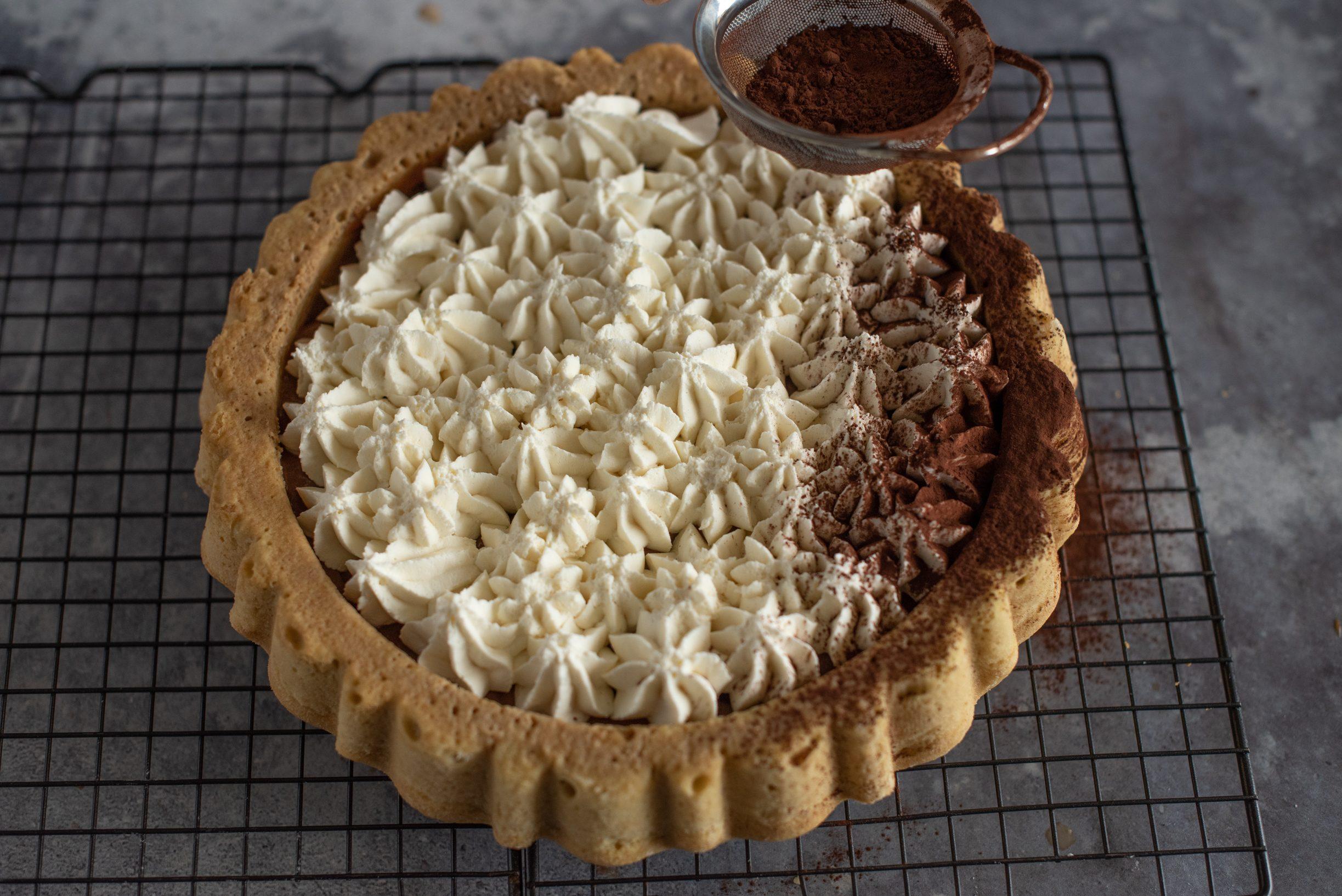 Crostata morbida al tiramisù, decorare con il cacao