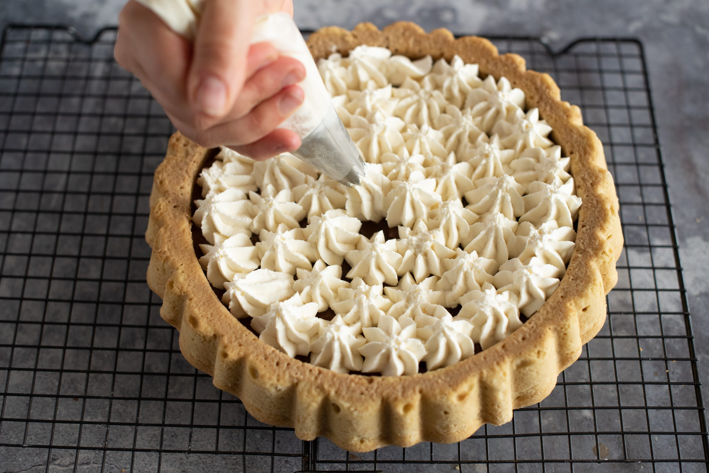 Crostata morbida al tiramisù, distribuire la crema