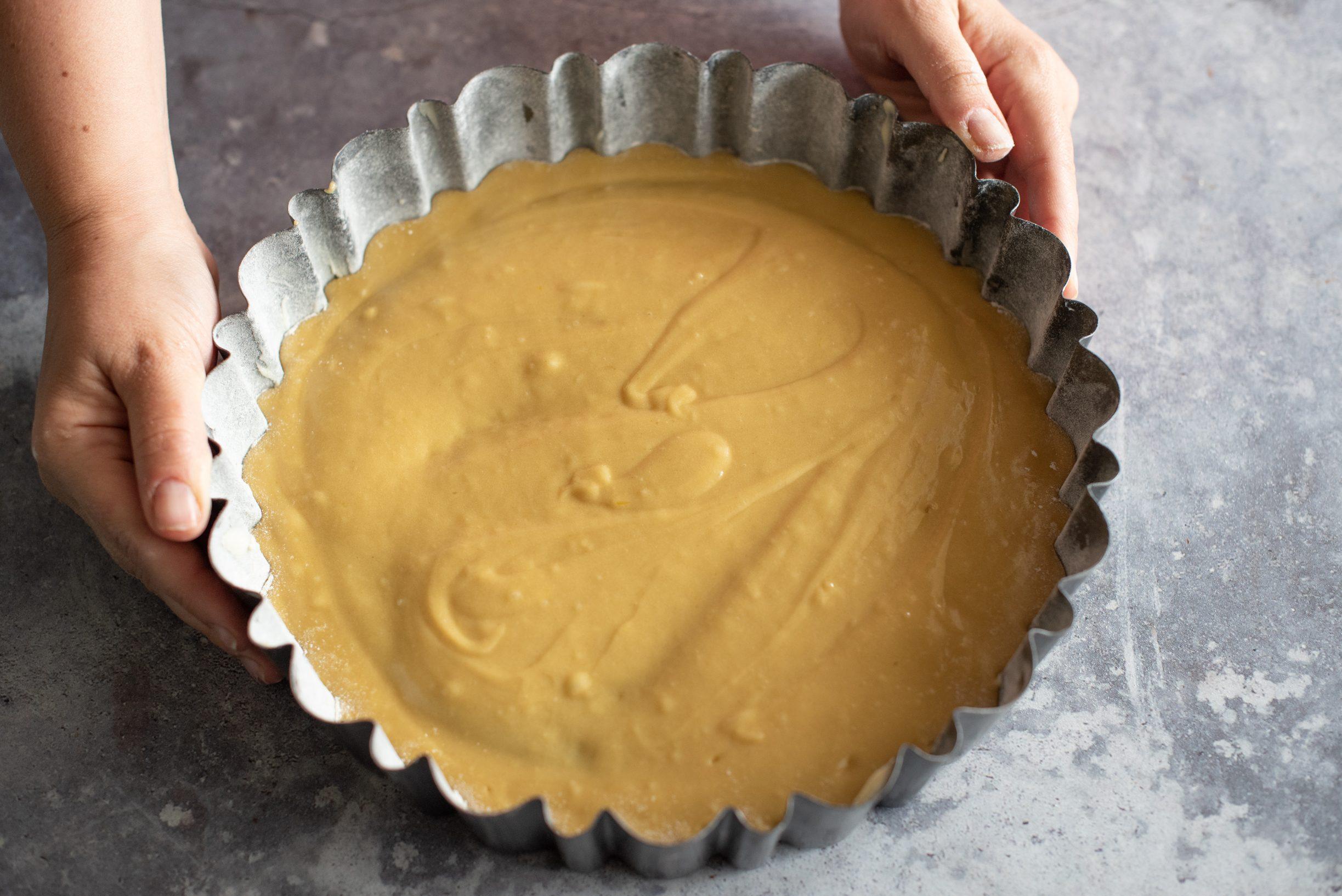 Crostata morbida al tiramisù, versare la base nello stampo