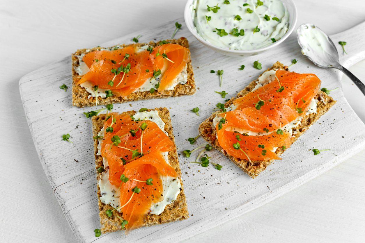 Crostini al salmone: la ricetta di un grande classico degli antipasti