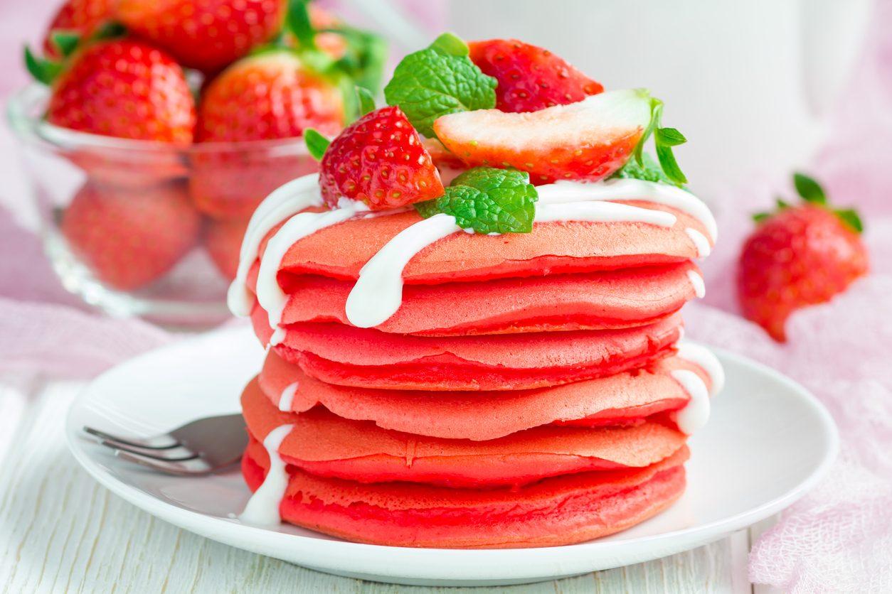 Pancake alle fragole: la ricetta delle frittelle rosse in stile Red velvet