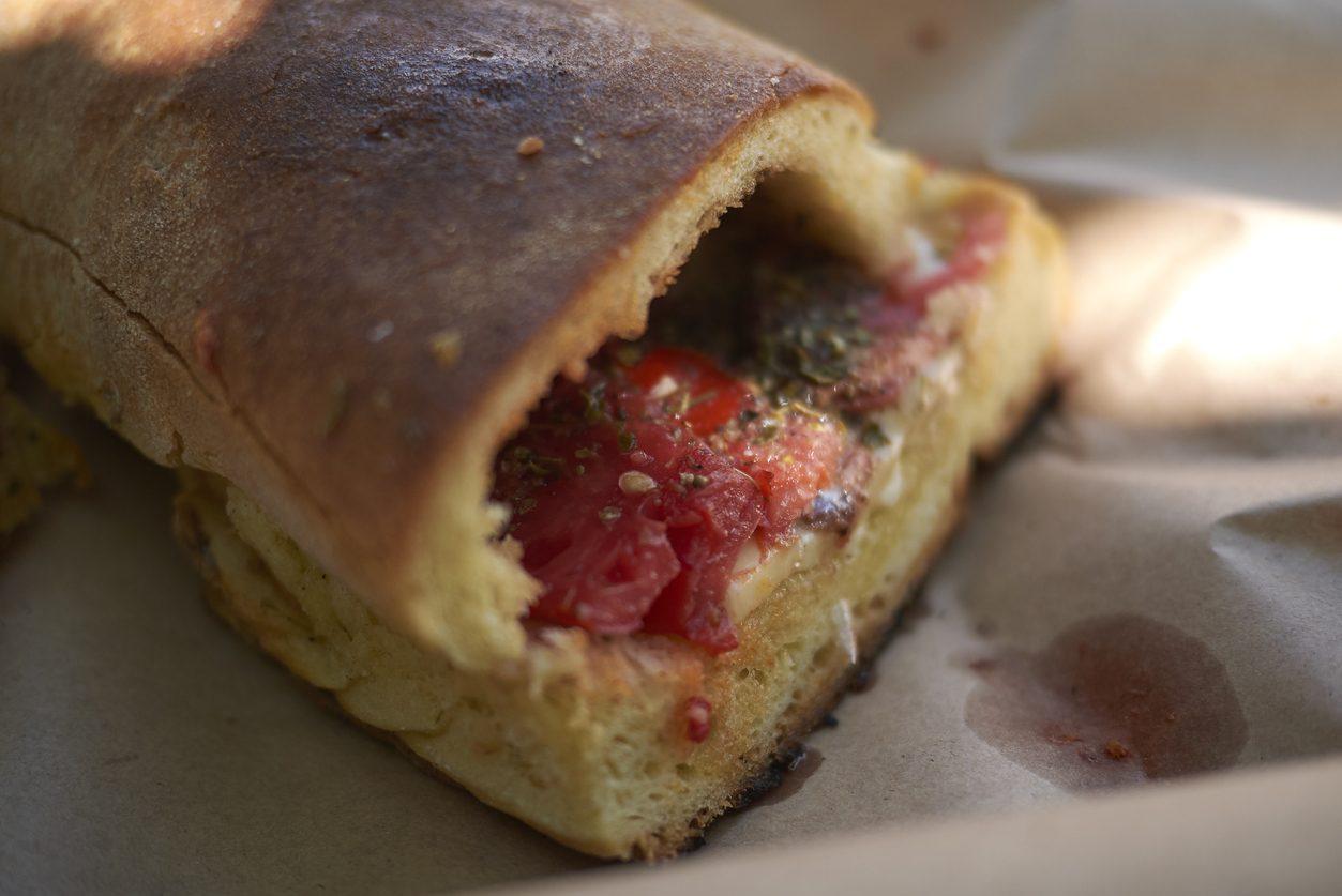 Pane cunzato: la ricetta originale siciliana del pani cunzatu