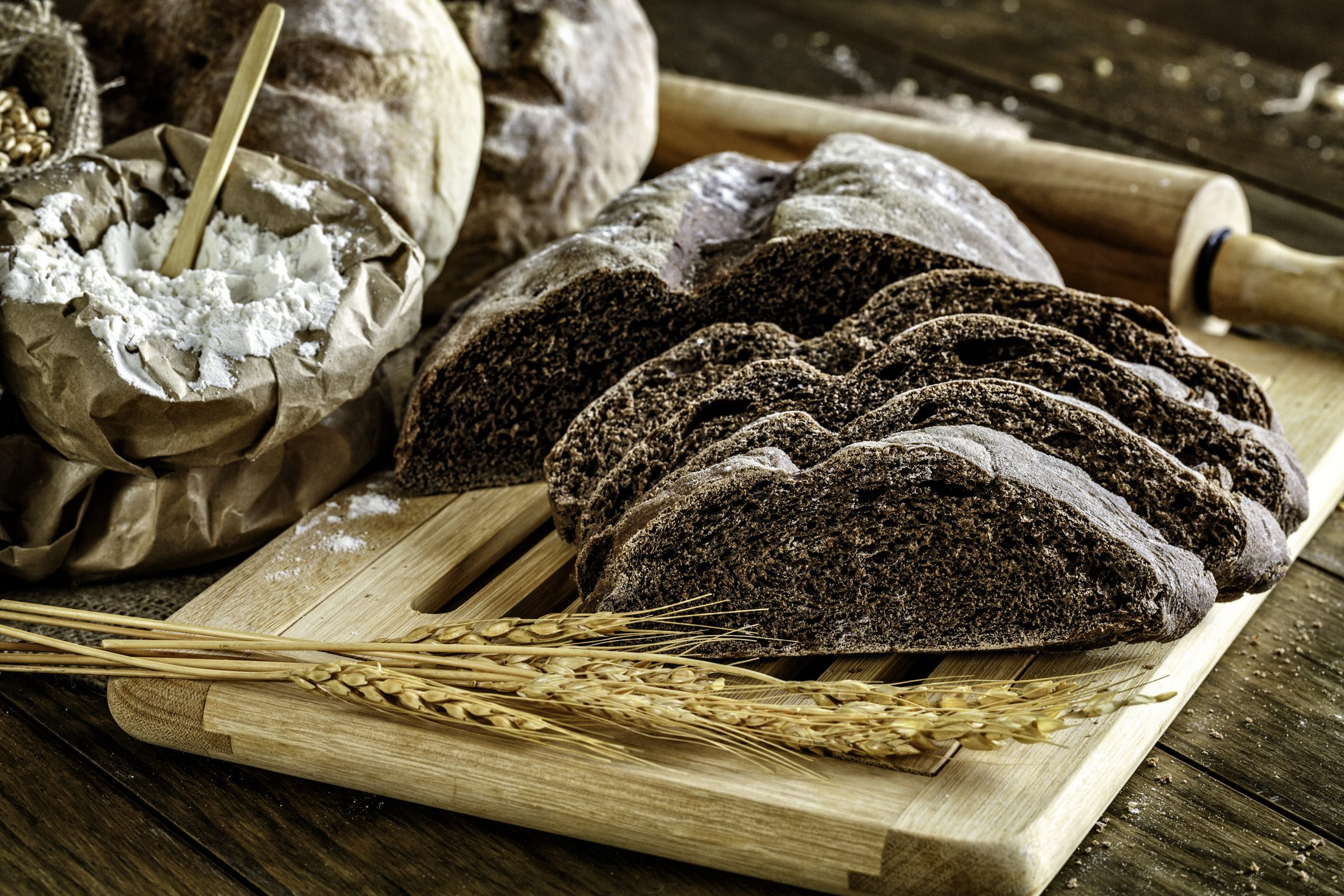 Il pane nero delle Alpi: la storia e i riti di un lievitato antico