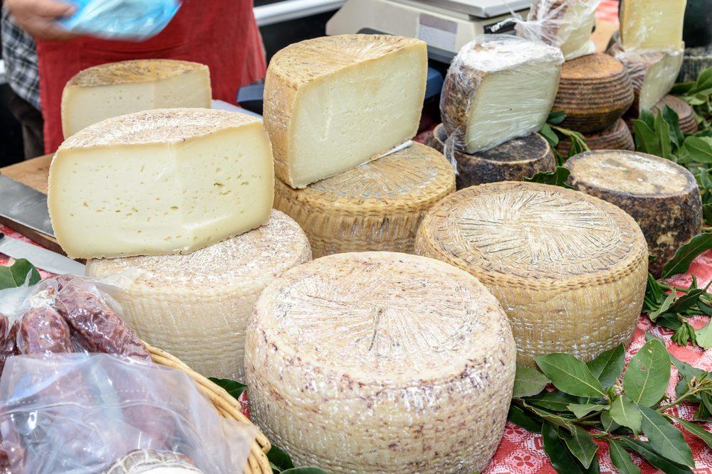 Dalla Romagna alle Marche, l'incredibile storia del formaggio che matura in fosse di tufo
