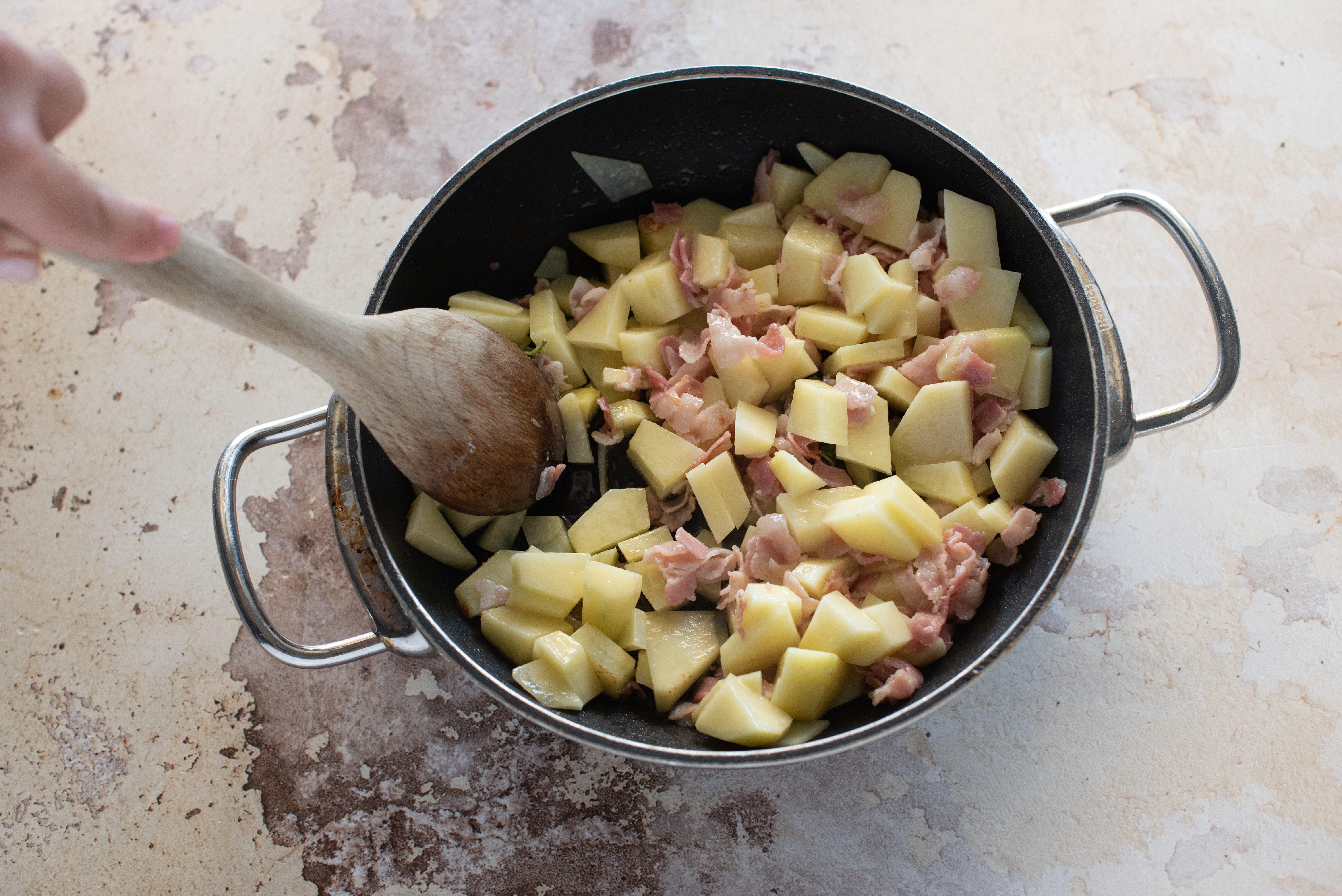 Riso al forno con piselli, pancetta e patate, rosolare pancetta e patate