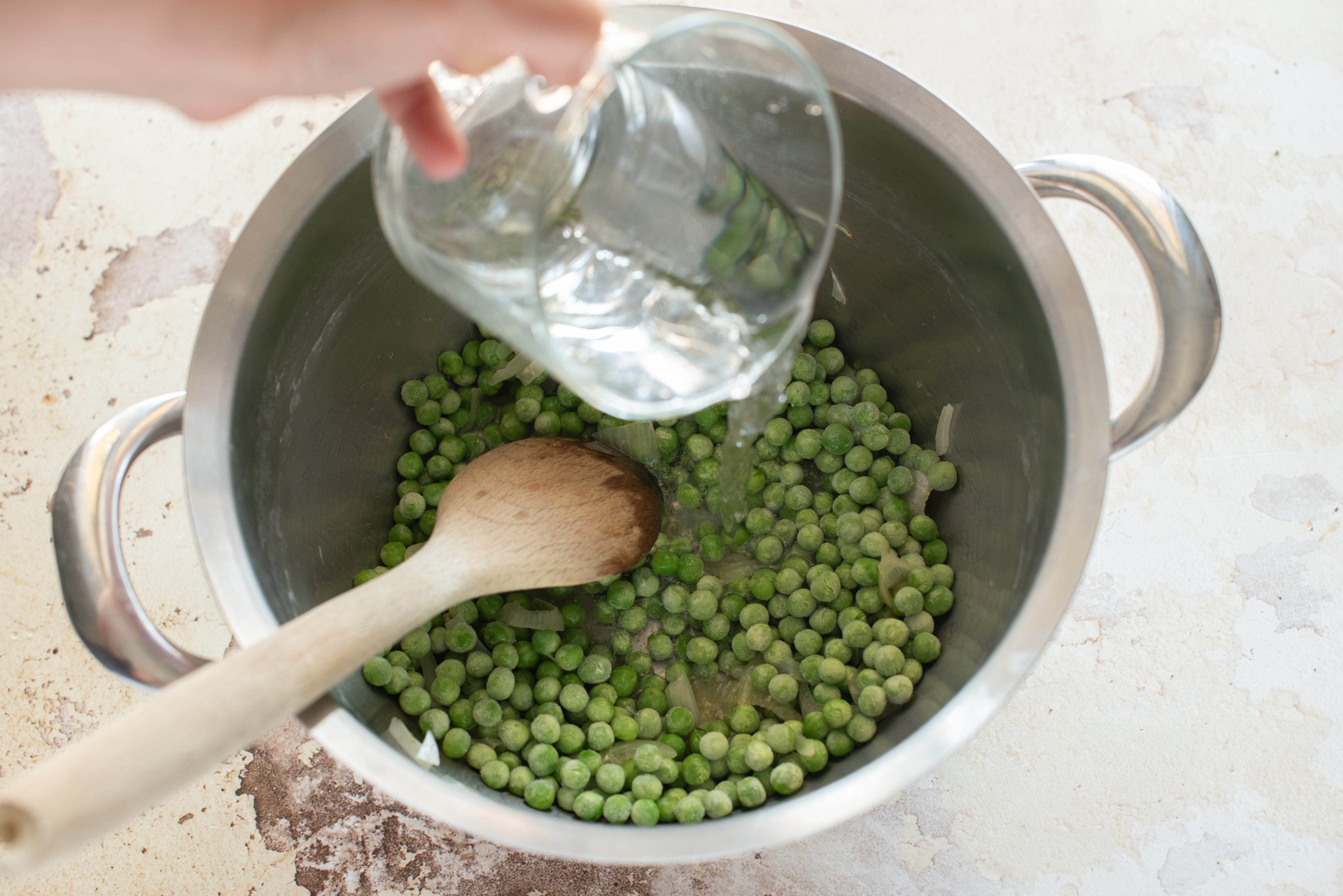Riso al forno con piselli, pancetta e patate, cuocere i piselli