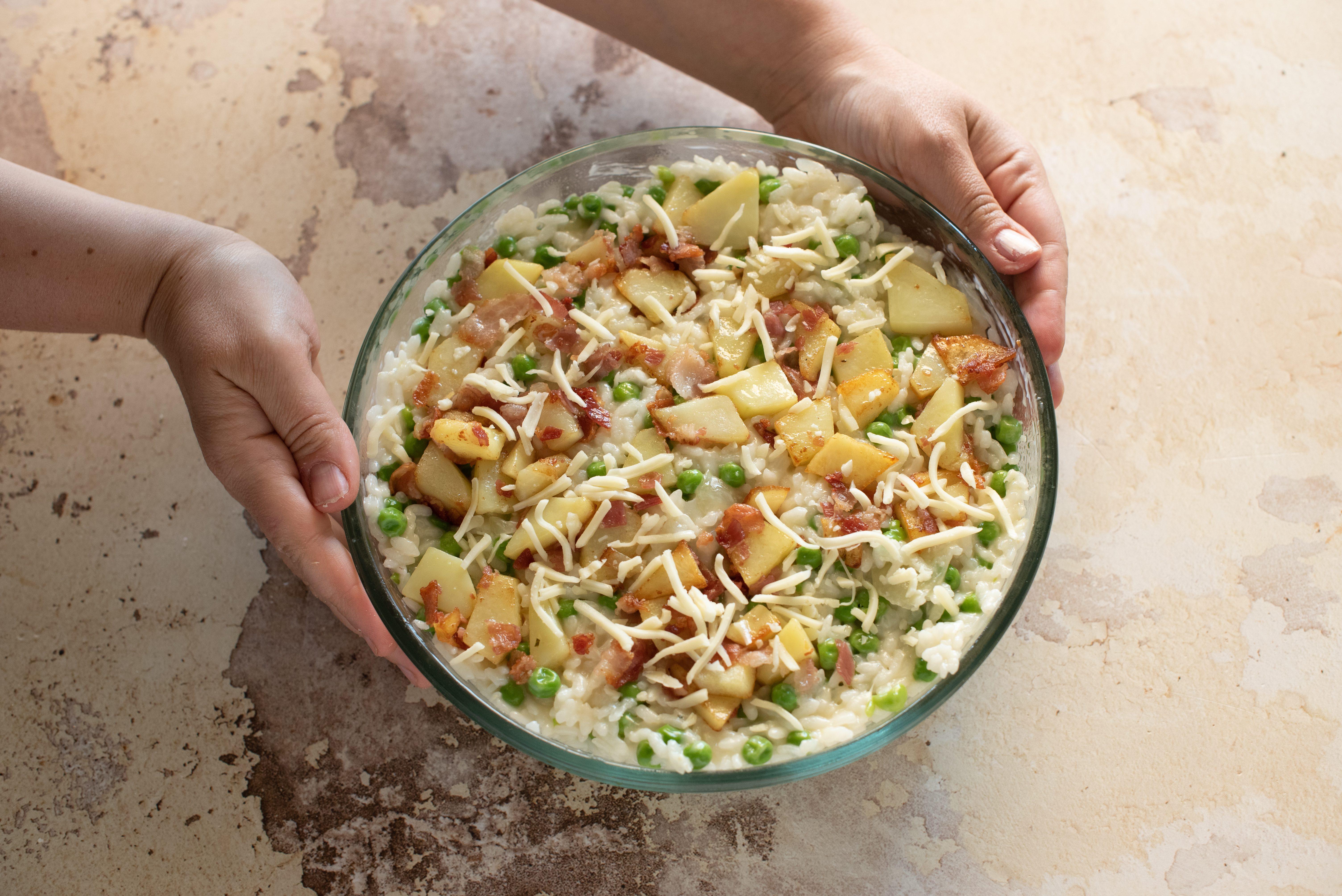 Riso al forno con piselli, pancetta e patate