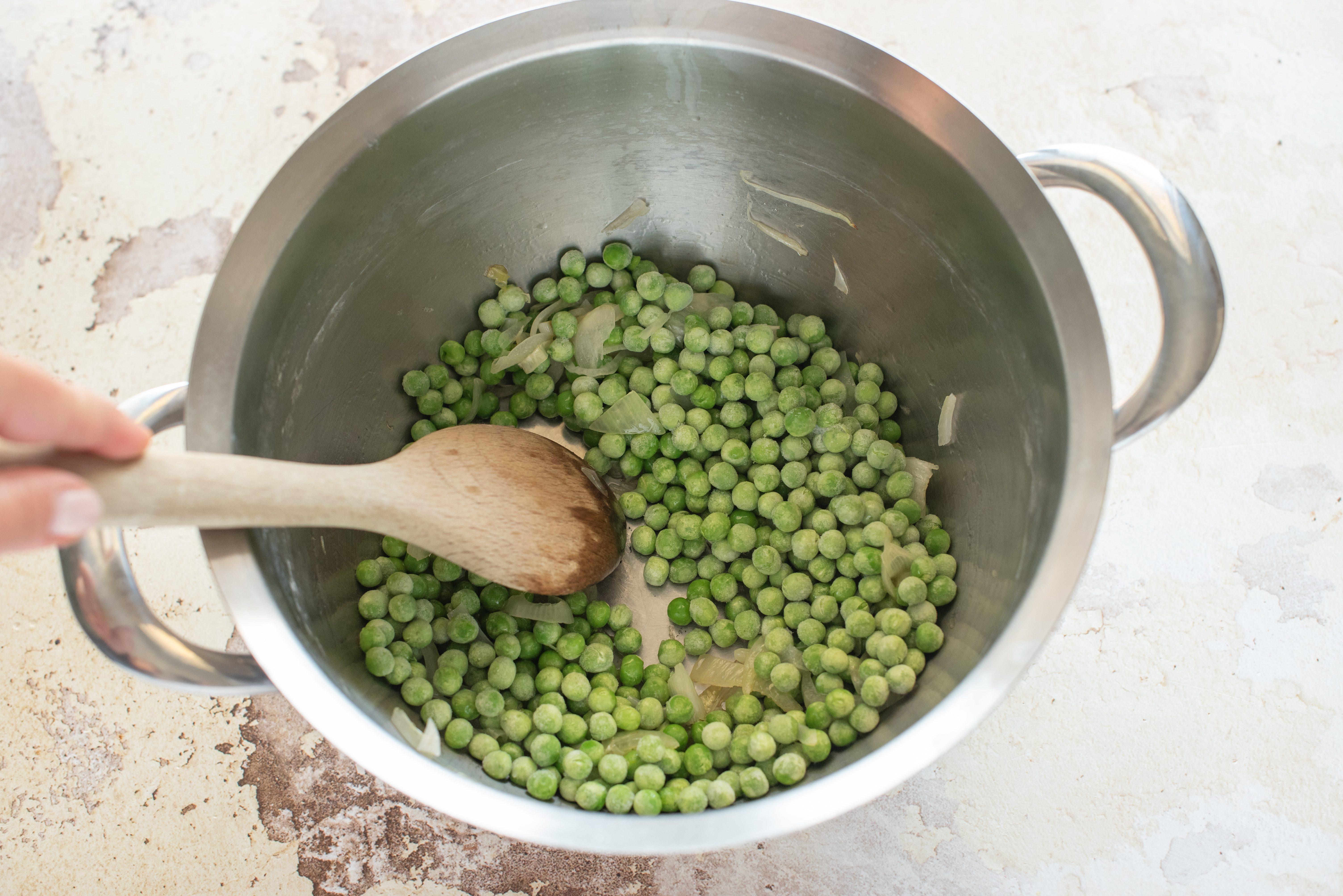 Riso al forno con piselli, pancetta e patate, cuocere cipolla e piselli