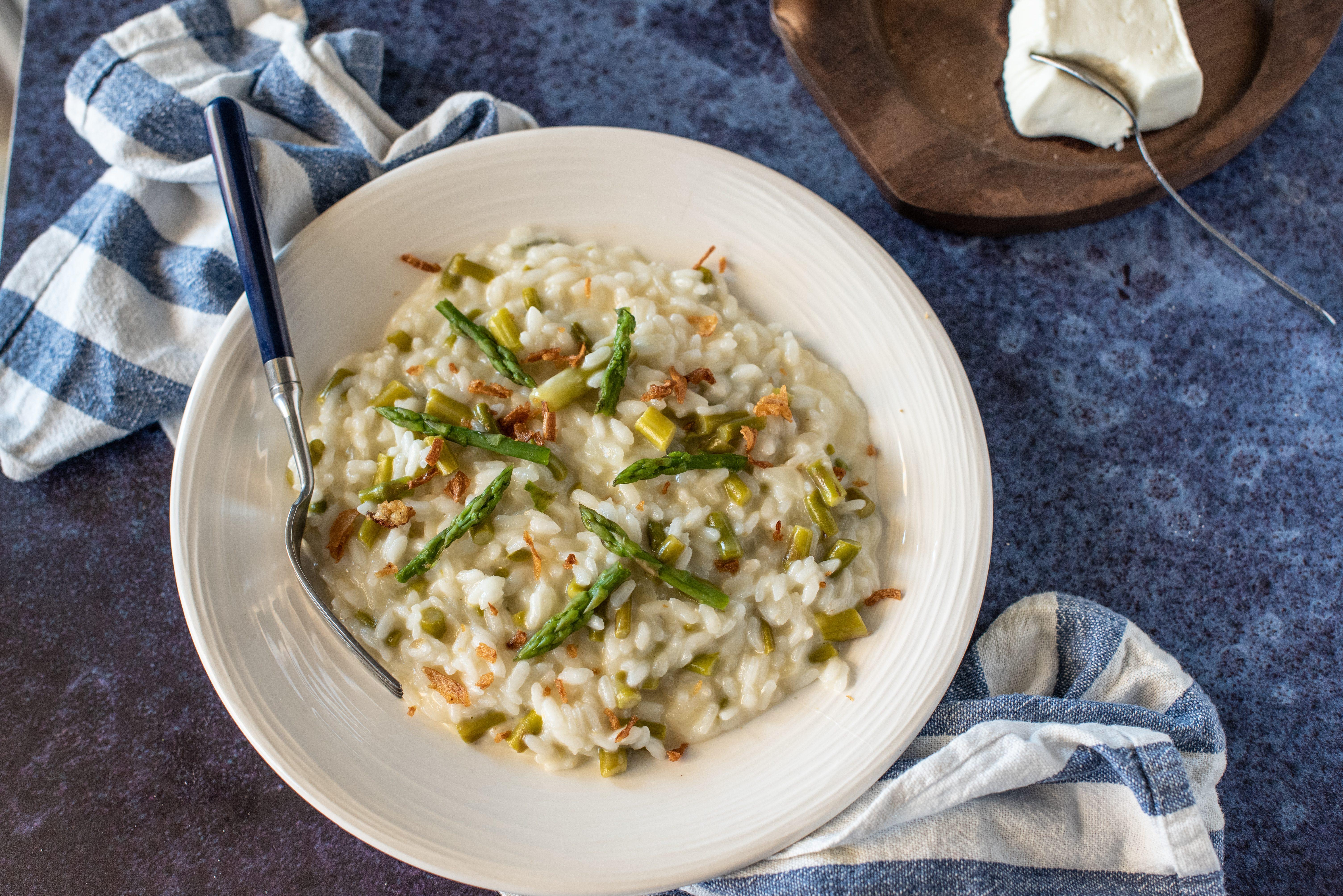 Risotto asparagi e stracchino: la ricetta del primo piatto leggero e cremoso