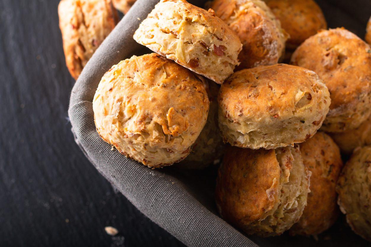 Scones salati con prosciutto e formaggio: la ricetta dei panini anglosassoni per il brunch