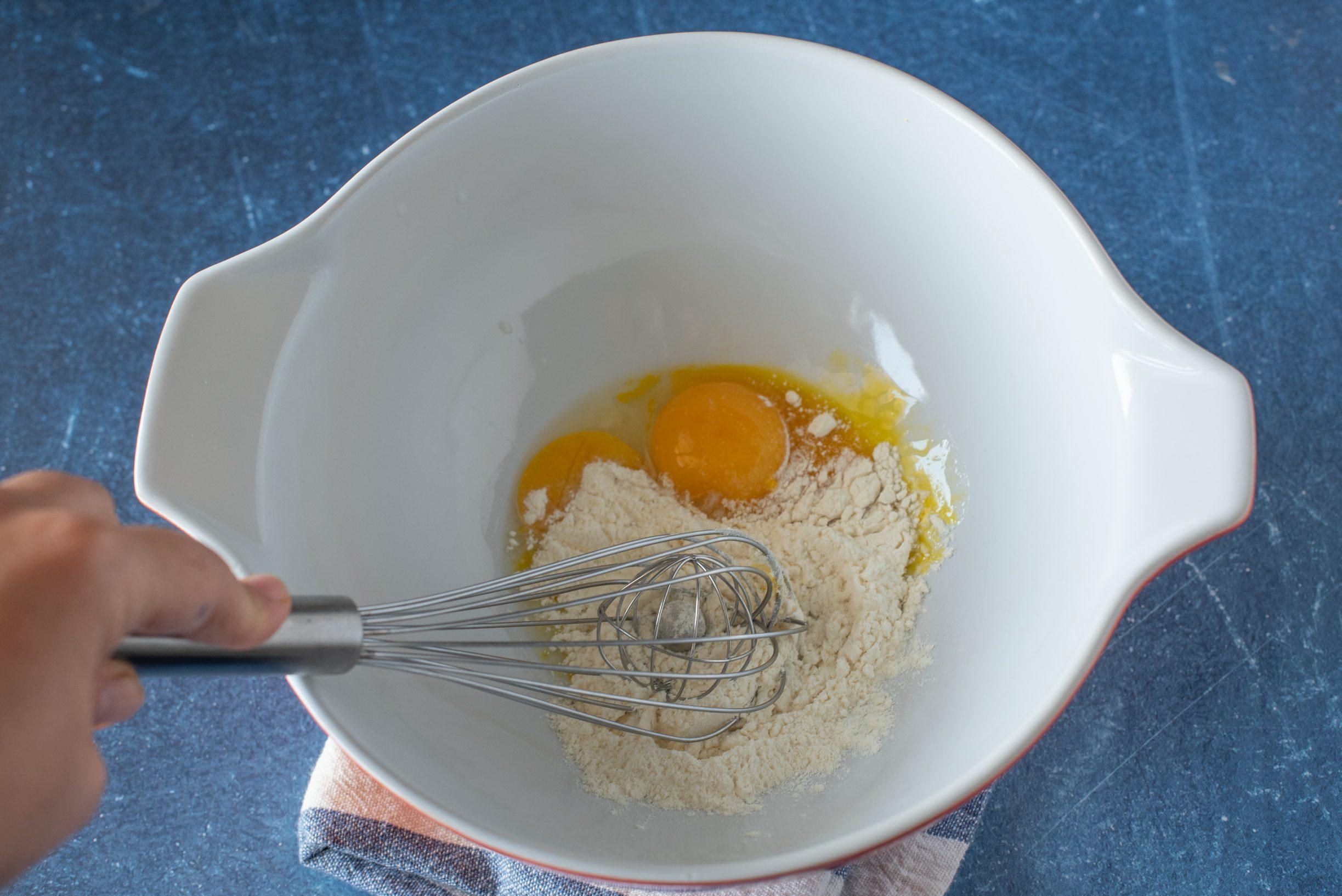 Soufflé di zucchine, mescolare le uova con la farina