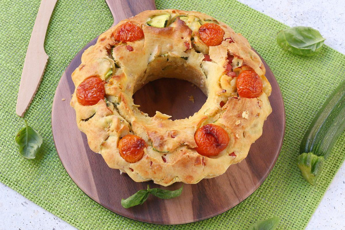 Ciambella salata con zucchine e prosciutto: la ricetta del rustico semplice e appetitoso