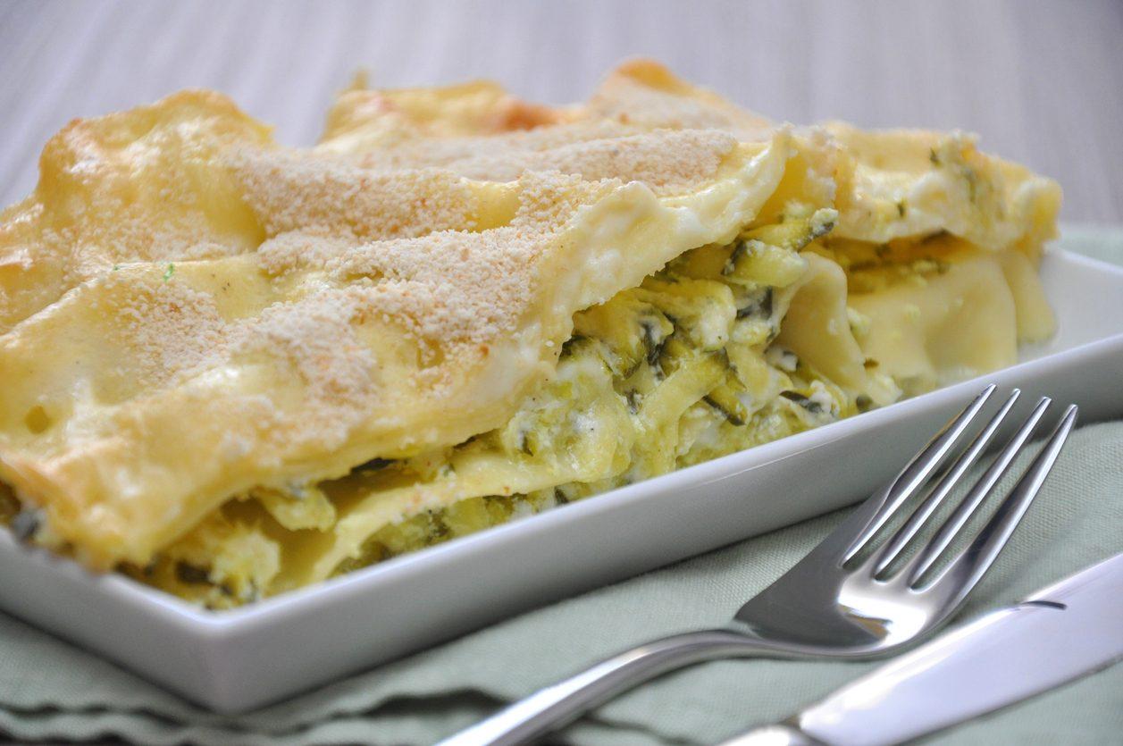 Lasagne al pesto di zucchine: la ricetta cremosa e saporita con besciamella e scamorza