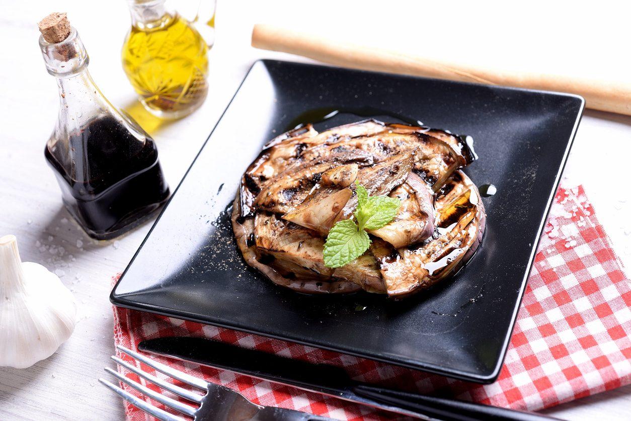 Melanzane alla scapece: la ricetta del contorno estivo tipico della cucina napoletana