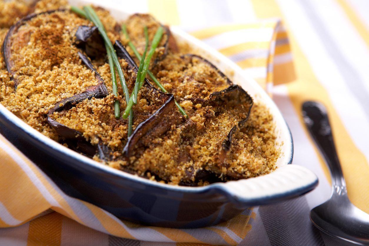Melanzane sabbiose: la ricetta del contorno croccante in padella o al forno