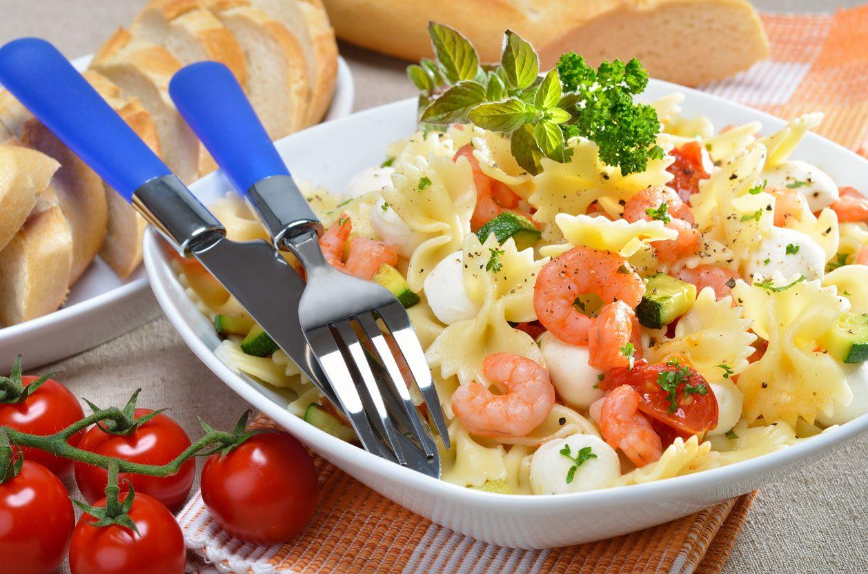 Pasta fredda con gamberi : la ricetta del primo piatto estivo fresco e gustoso