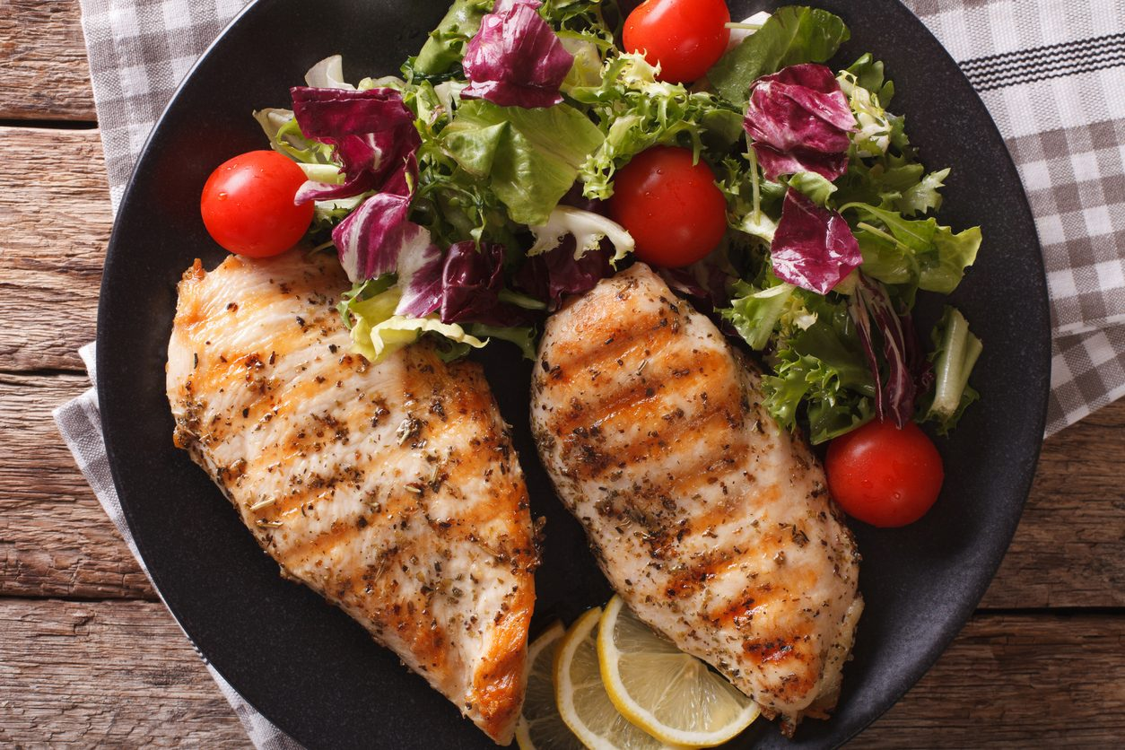 Pollo alla piastra: la ricetta del petto di pollo alla griglia morbido e succulento