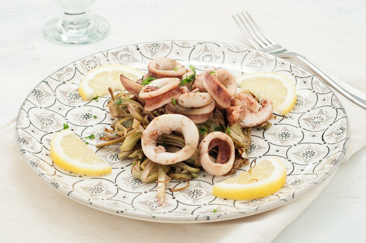 Seppie con carciofi: la ricetta del secondo piatto di mare leggero e sfizioso