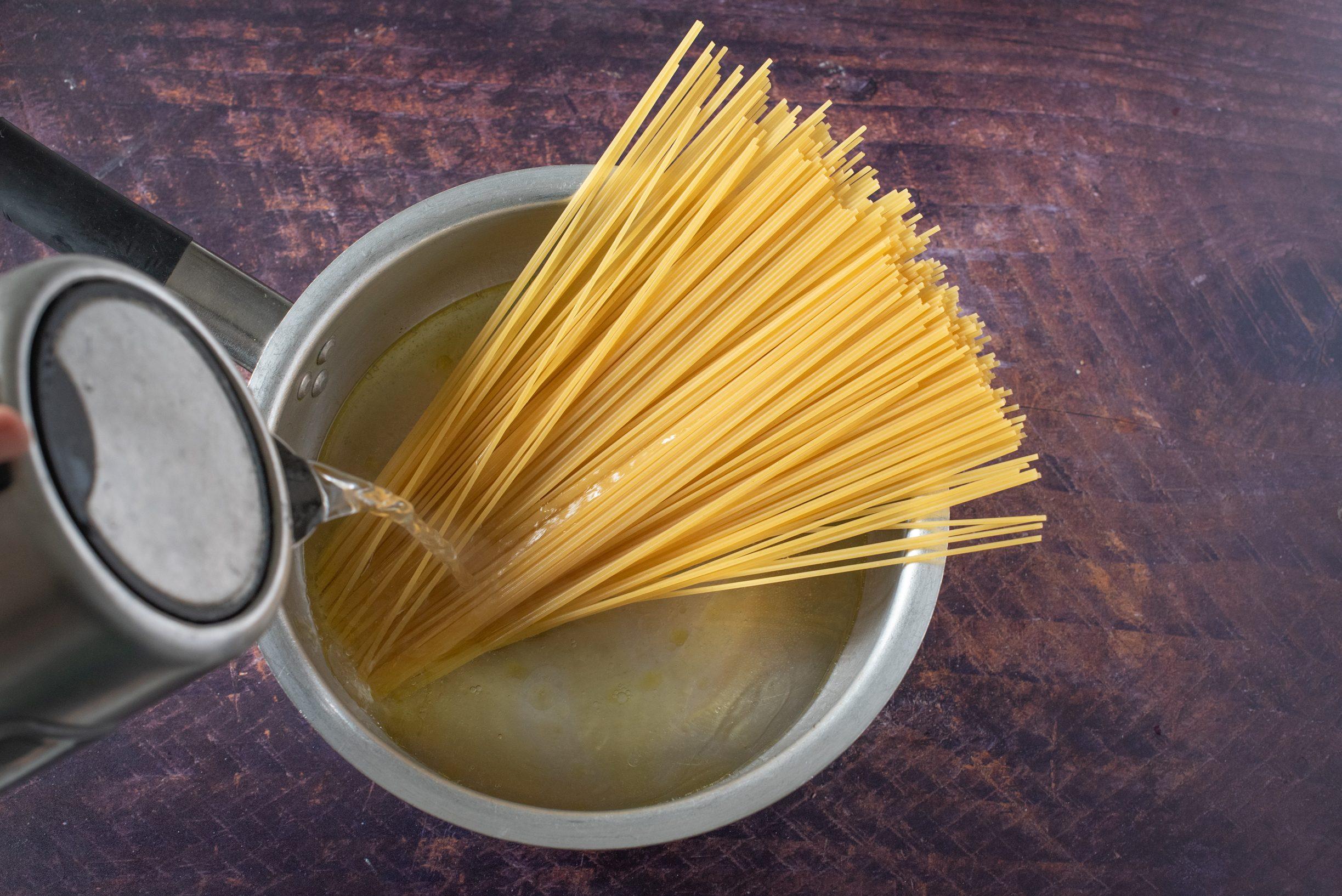 Spaghetti all'assassina, aggiungete l'acqua