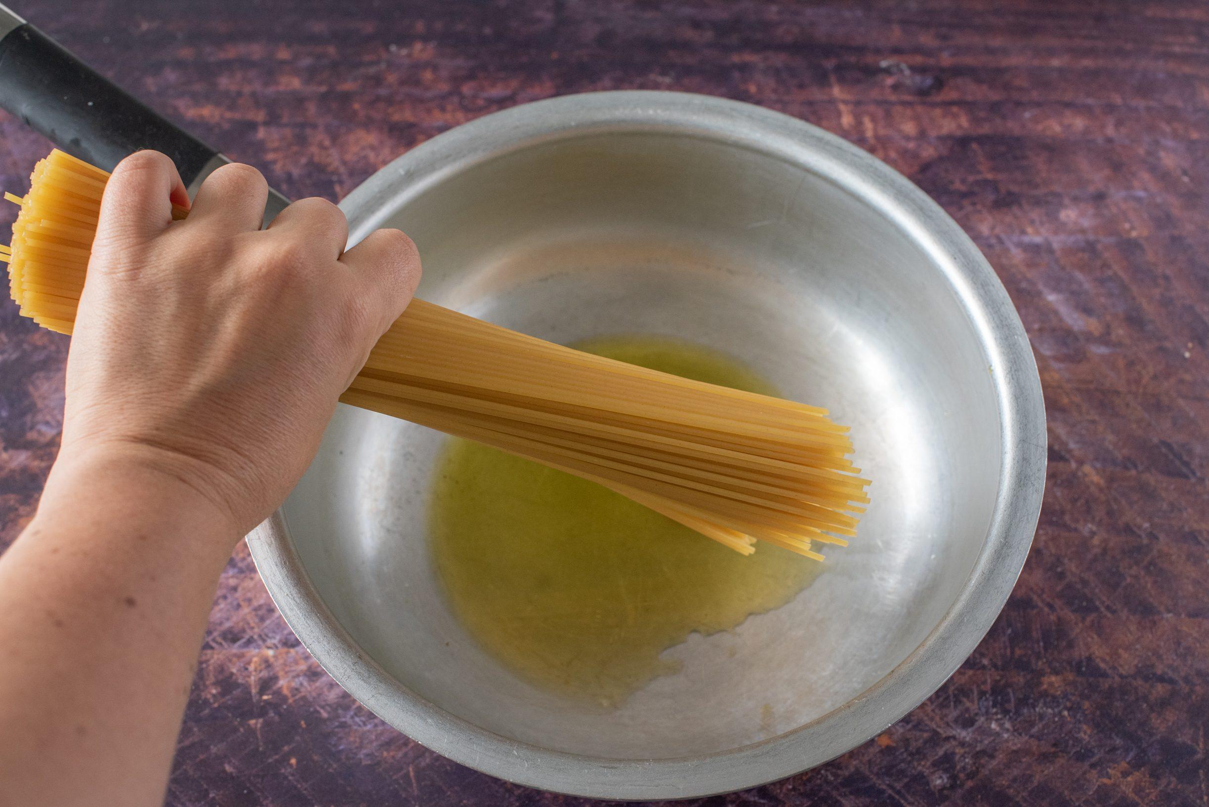 Spaghetti all'assassina, mettete gli spaghetti in pentola