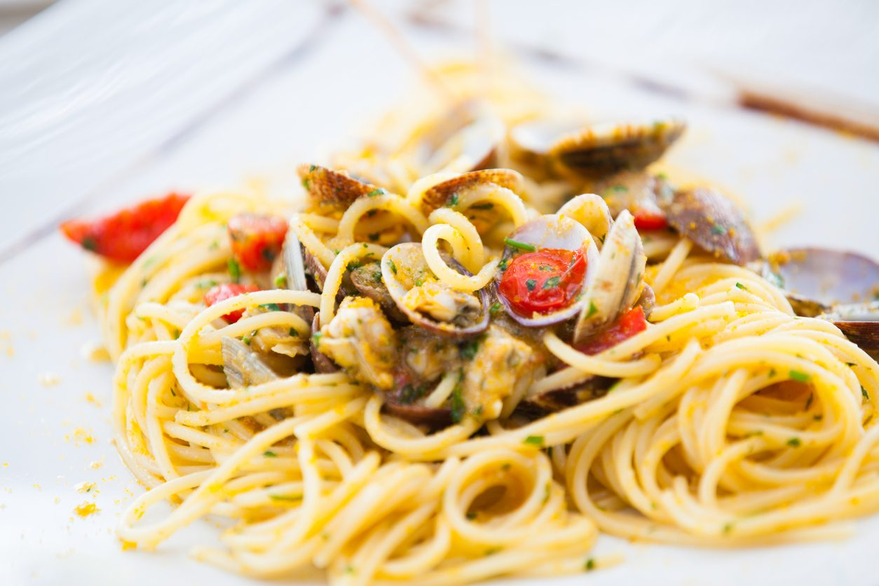 Spaghetti vongole e bottarga: la ricetta del primo piatto di mare gustoso e raffinato