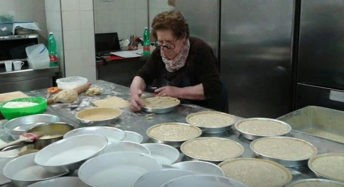 La signora Rosa mentre prepara le pastiere per Pasqua