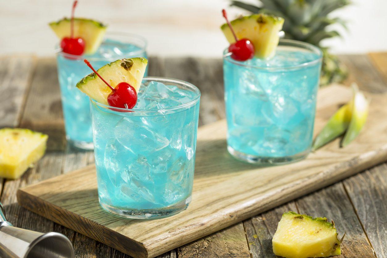 Blue Hawaiian: la ricetta del cocktail azzurro a base di blue curaçao
