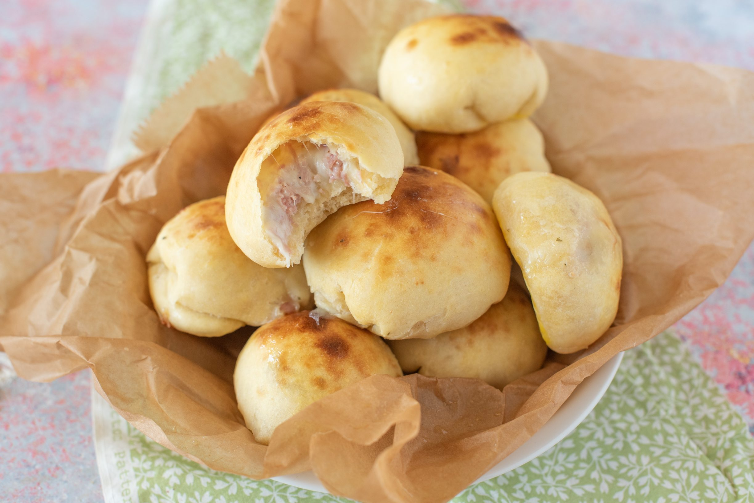 Bombe ripiene al forno: la ricetta dei golosi paninetti salati dal cuore filante
