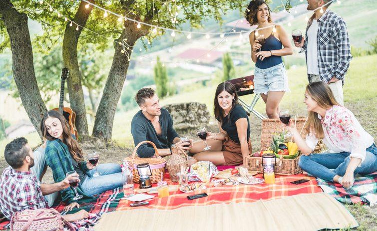 10 accessori indispensabili per organizzare un picnic perfetto