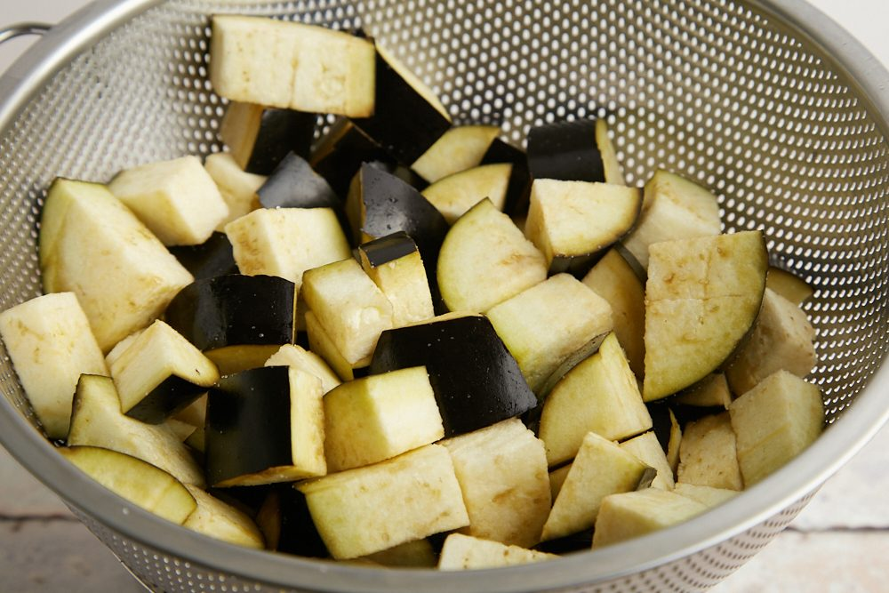 Crocchette di verdure estive, tagliate le melanzane a cubetti