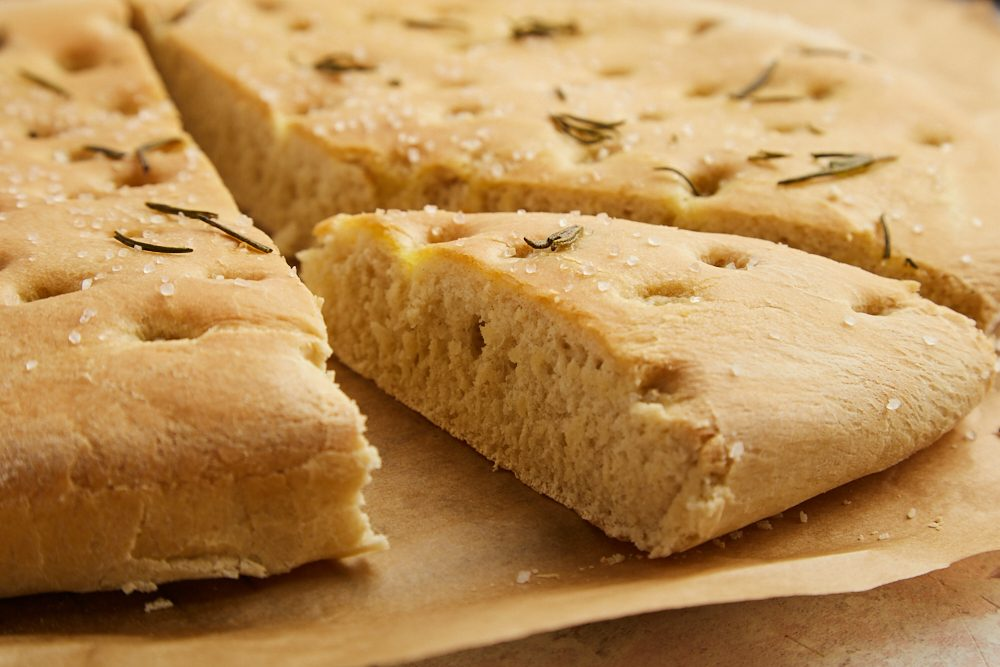 Focaccia al rosmarino: la ricetta del lievitato semplice, soffice e versatile