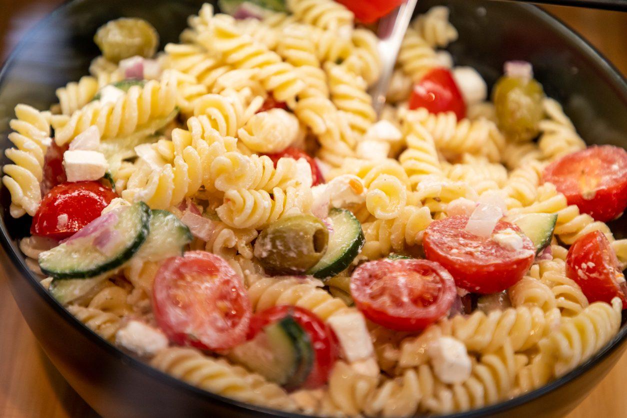 Fusilli con mozzarella, zucchine e pomodoro: la ricetta per una pasta fredda estiva