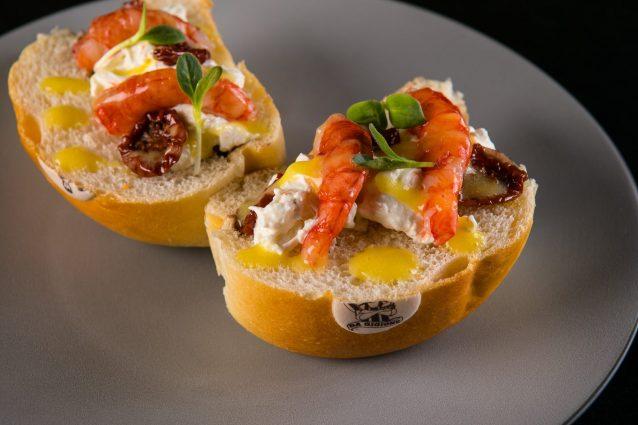"Hamburger ""on top"" con gamberi rossi, burrata, bisque leggera, datterini al forno, salsa di kumquat"