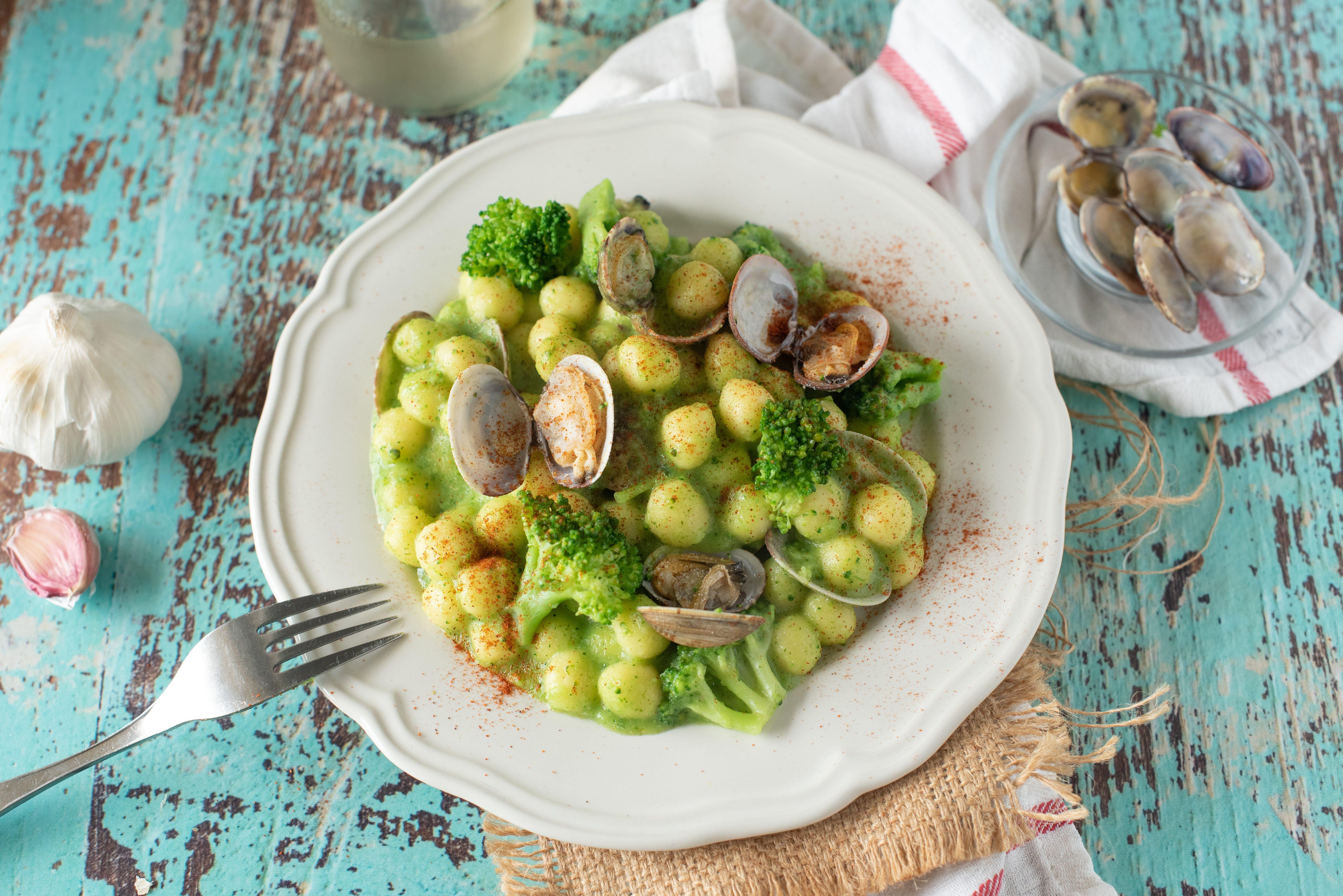 Gnocchetti con broccoli e vongole: la ricetta del primo piatto cremoso e saporito