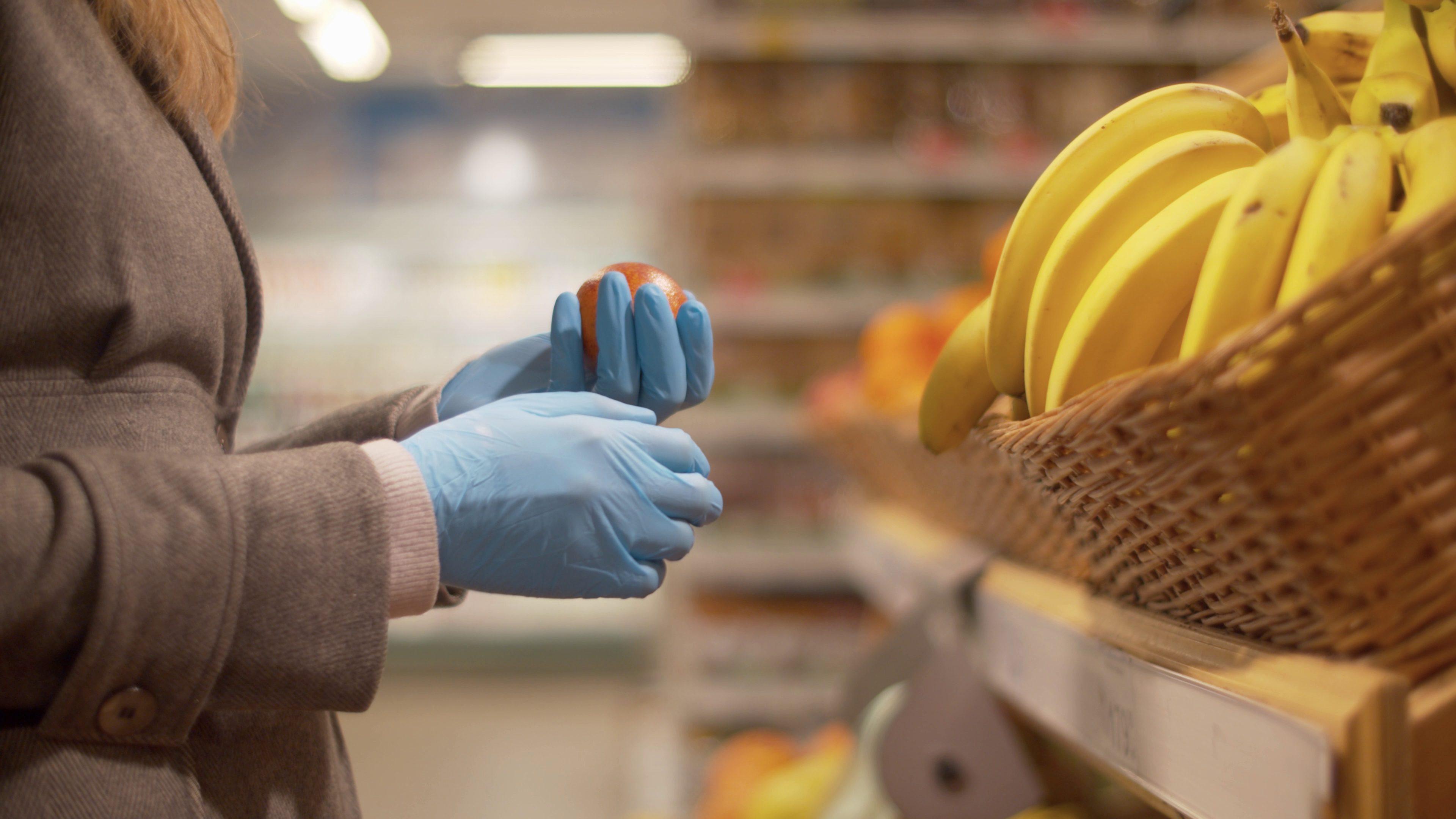 Niente guanti per fare la spesa, sì alla mascherina: le nuove disposizioni dell'OMS