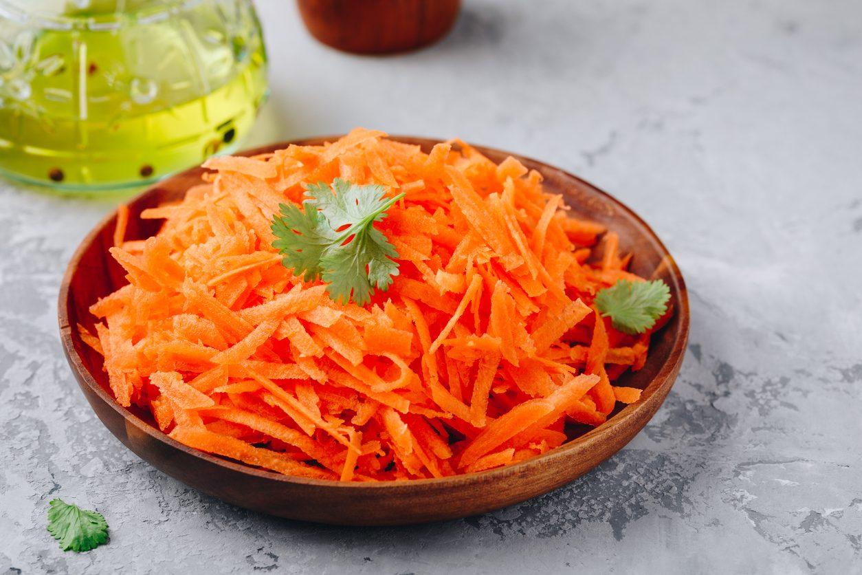 Insalata di carote: la ricetta di un contorno leggero e freschissimo per l'estate