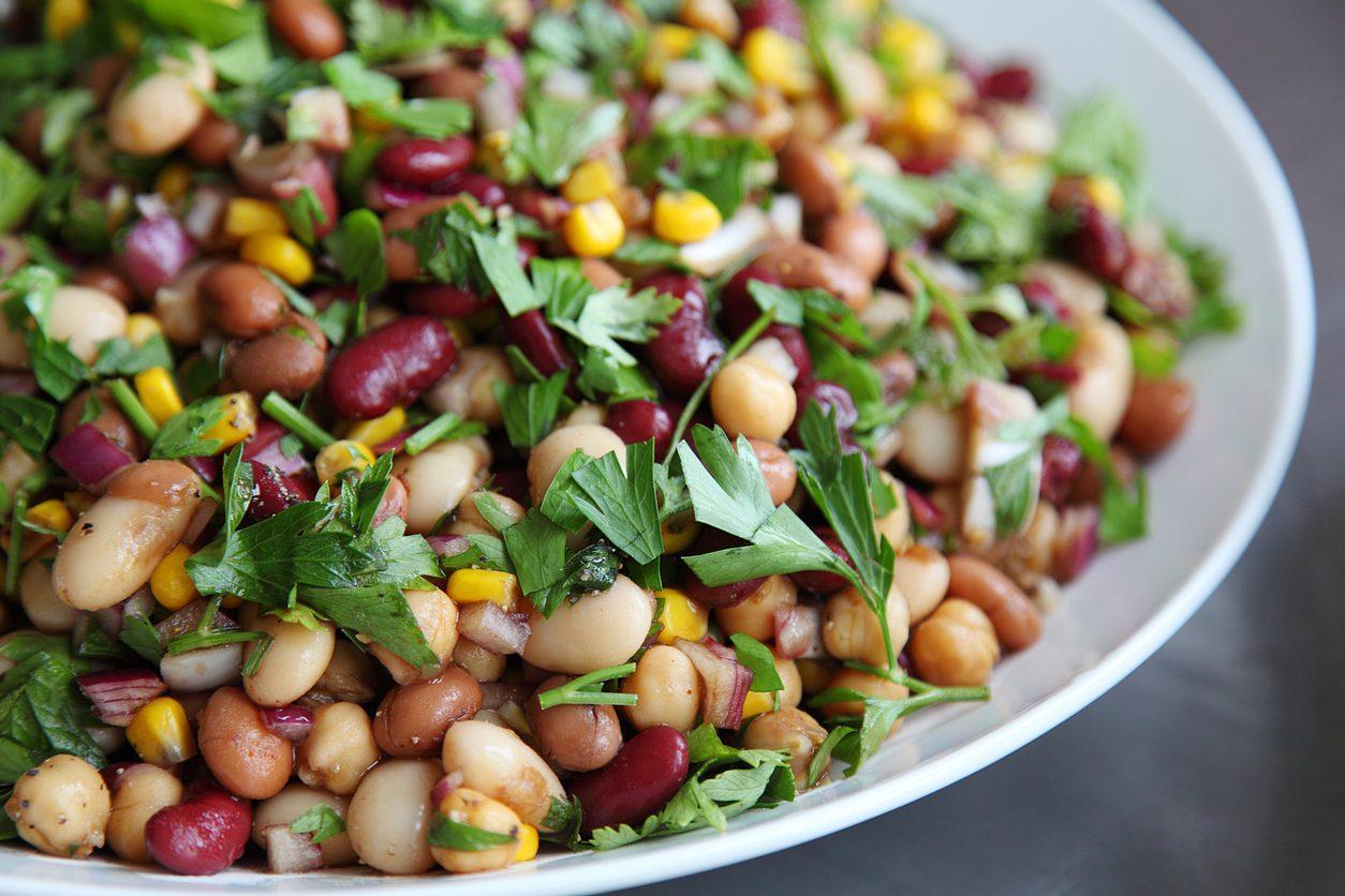 Insalata di legumi: la ricetta per un pranzo estivo veloce e nutriente